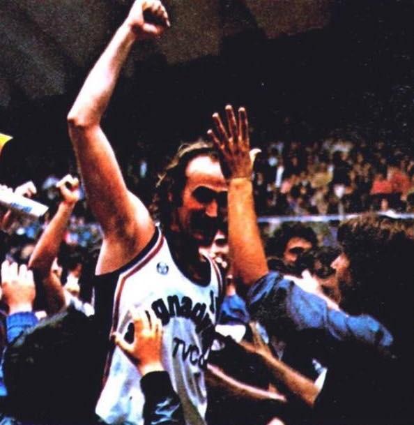 STAGIONE 1980/81: RICK DARNELL FESTEGGIATO DAI TIFOSI DELLA PALLACANESTRO LIVORNO